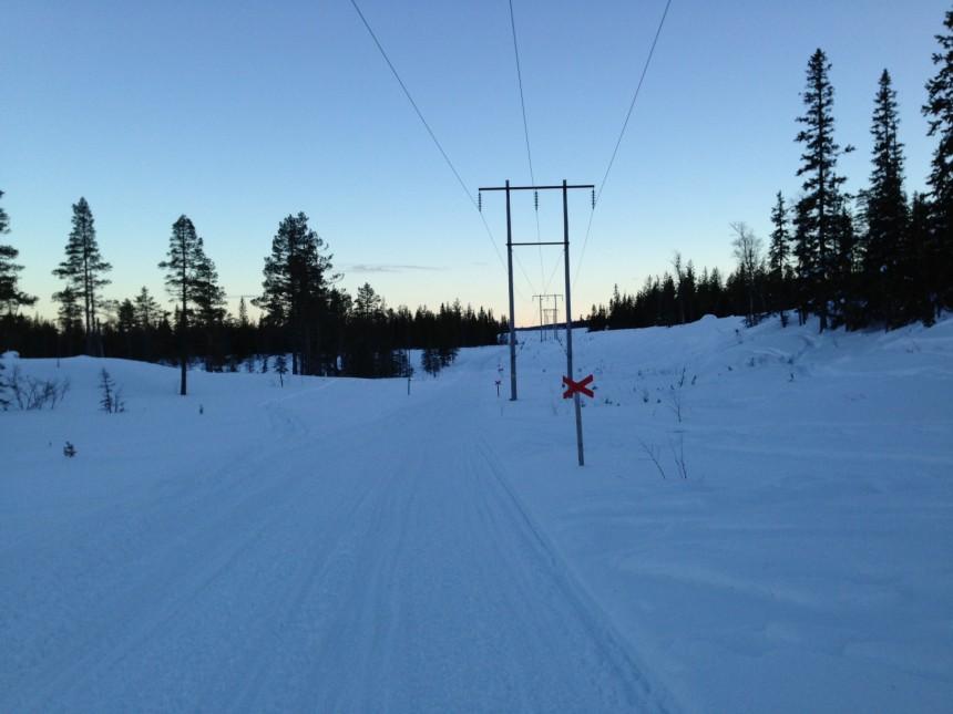 Her i kraftgate nedenfor/langs fjellet i ca 500 meters høyde, mens skiløypene er oppe på fjellet.