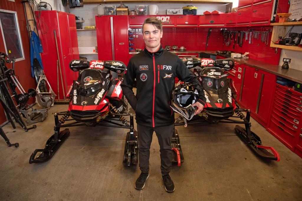 Raskere enn denne karen kjører ingen!  Elias Ishoel har alle sin vinner-scootere hjemme på gården i Oppdal.
